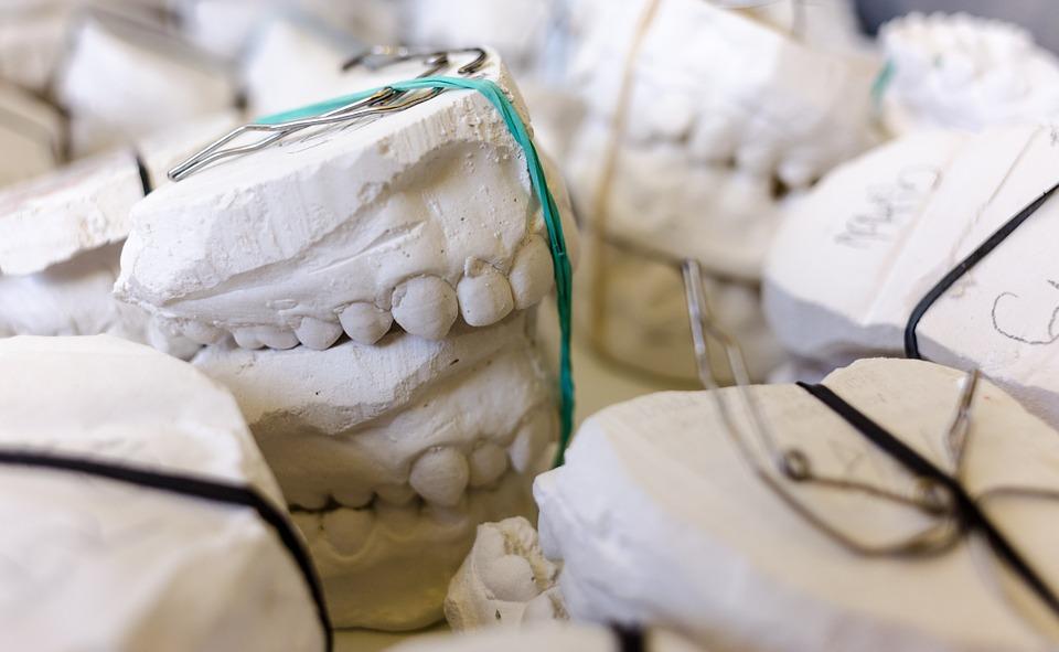 Descubre cómo se hacían los primeros implantes dentales
